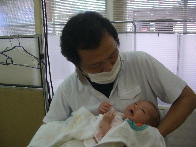 赤ちゃん施術中(写真公開はママさん了解済み)